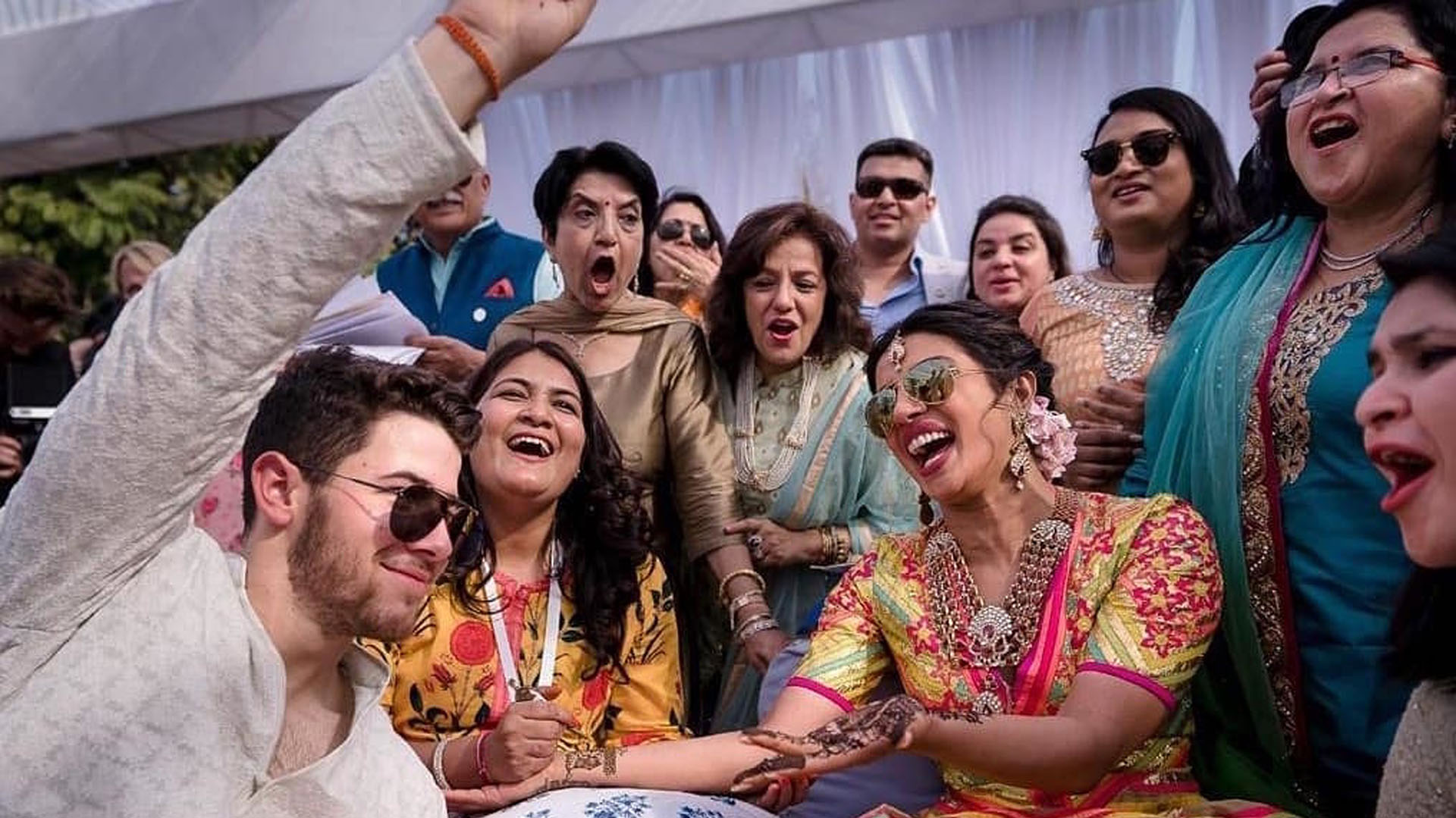 Nick Jonas y Priyanka Chopra en la ceremonia Mehendi (Raindrop Media via AP)