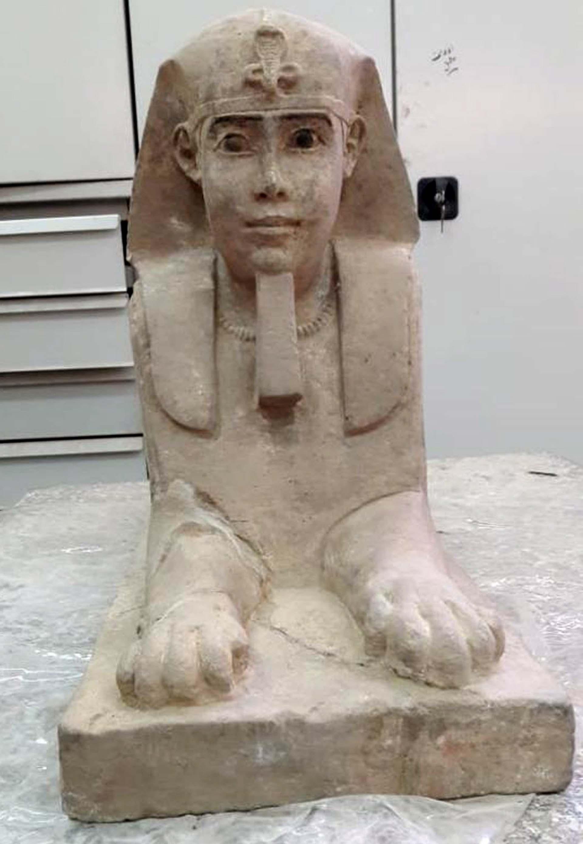 La estatua tiene el cuerpo de un león y la cabeza de un humano