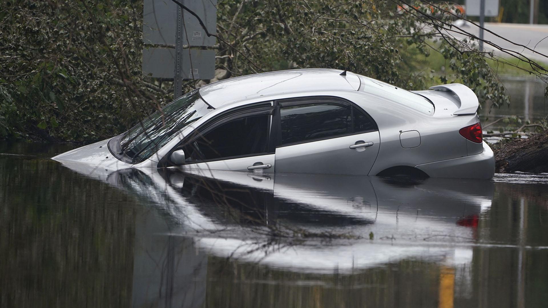 Decenas de autos quedaron atrapados por las inundaciones (Reuters)