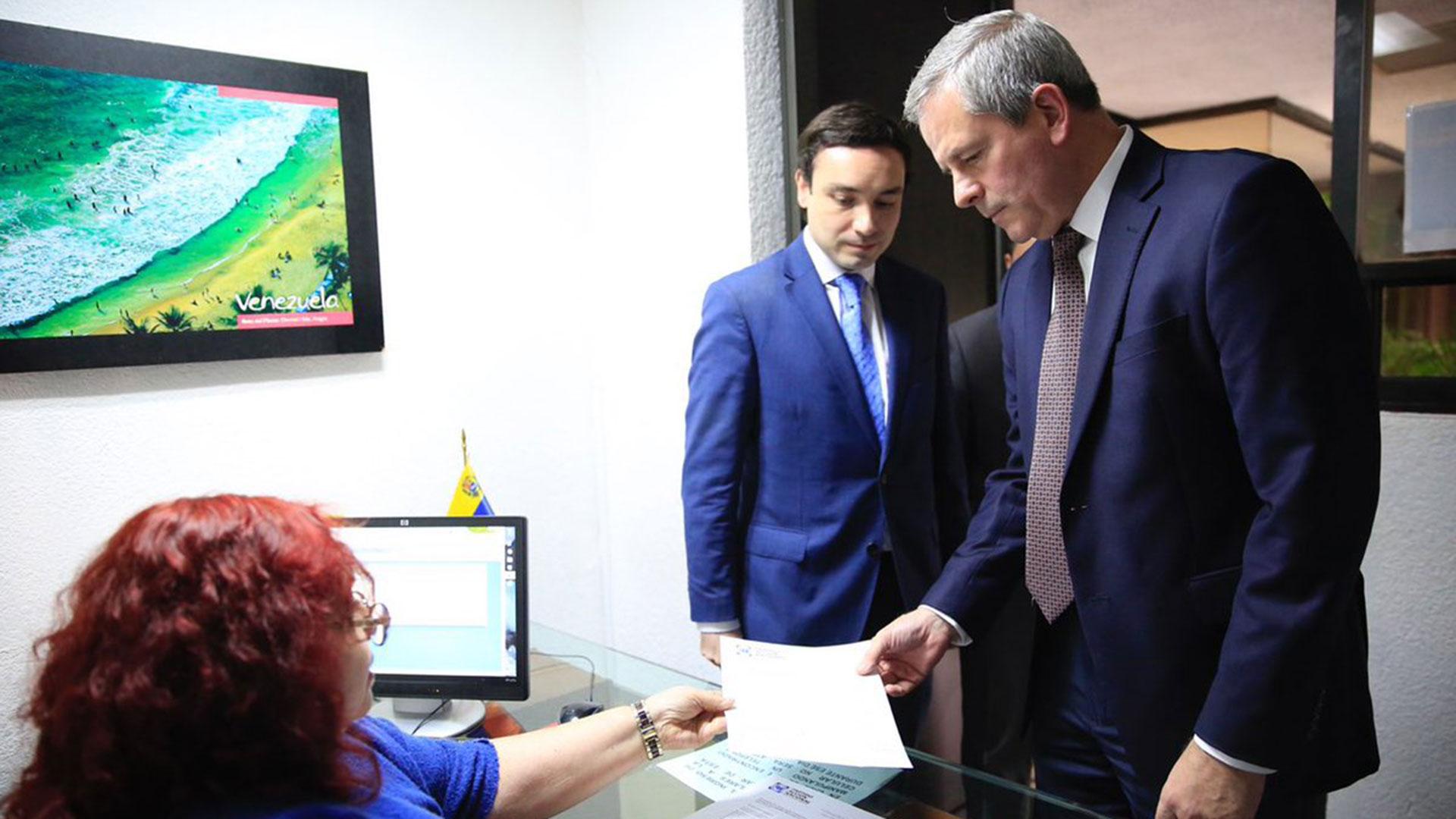 """El PAN entregó en la Embajada de Venezuela una carta en la que expresó que Maduro """"no es bienvenido en México"""" (Foto: @marcelotorresc)"""