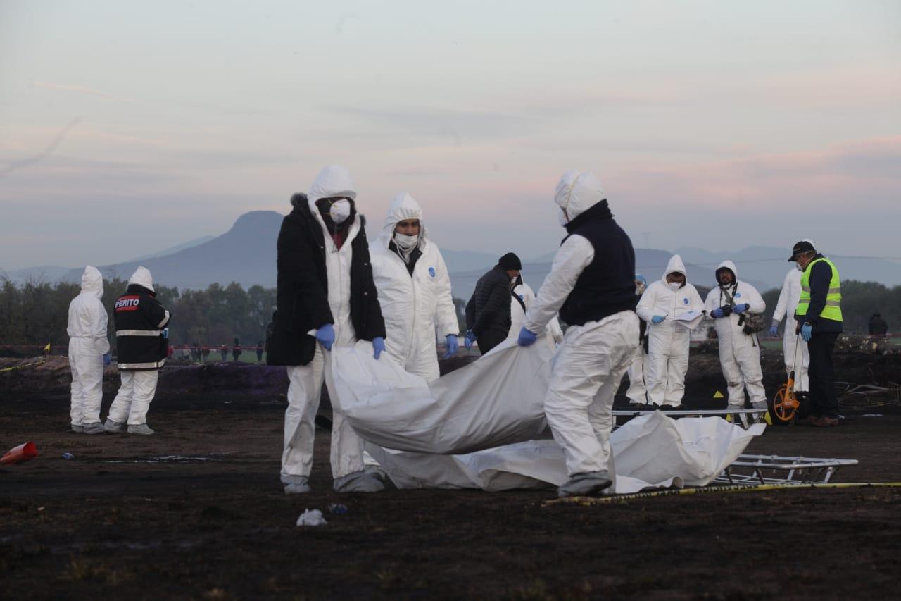 Peritos forenses levantan los cuerpos de los fallecidos en la explosión de la toma clandestina de Hidalgo (Foto: Juan Pablo Zamora /Cuartoscuro)