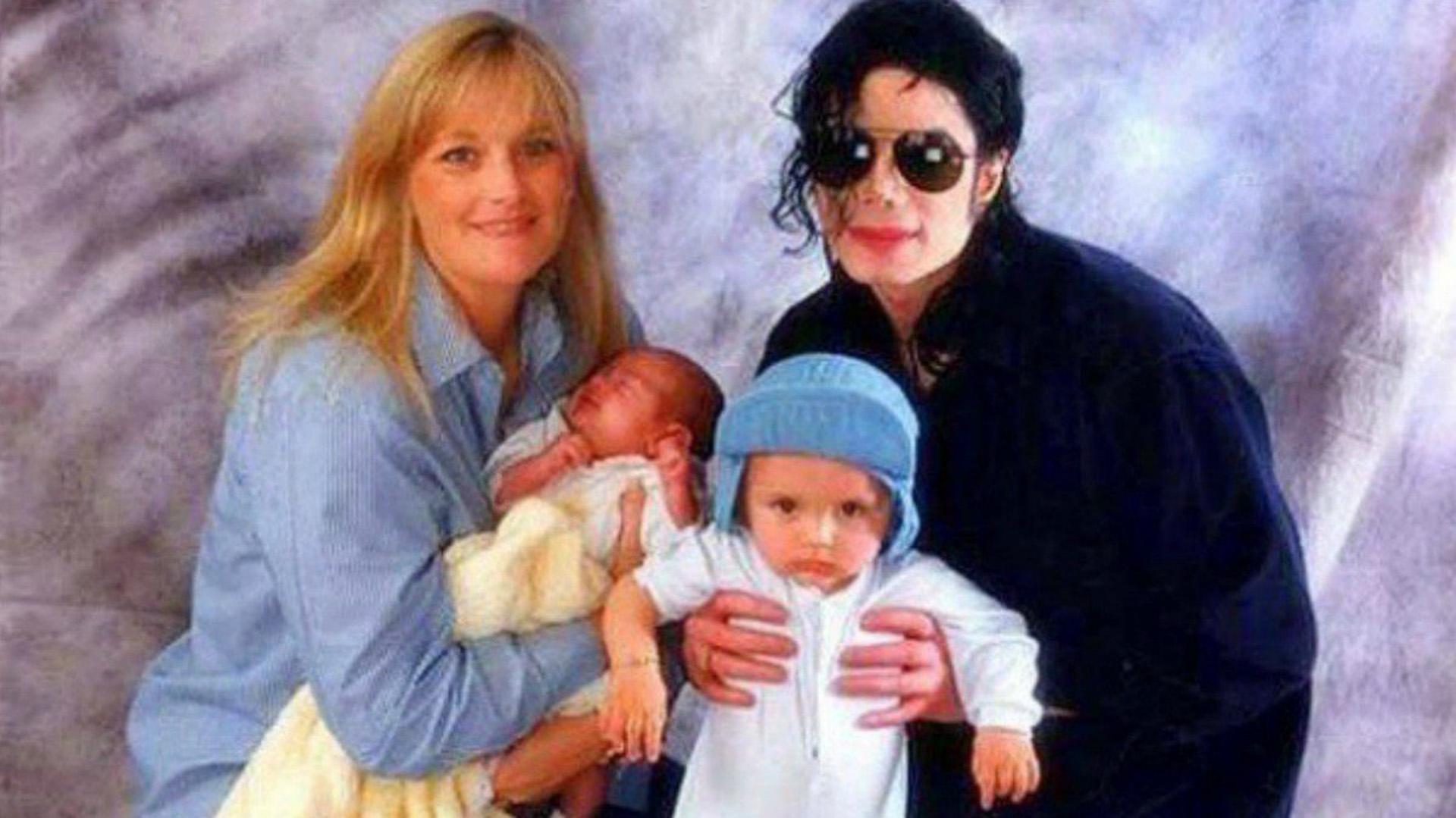 Michael Jackson y Debbie Rowe con Prince y Paris recién nacida