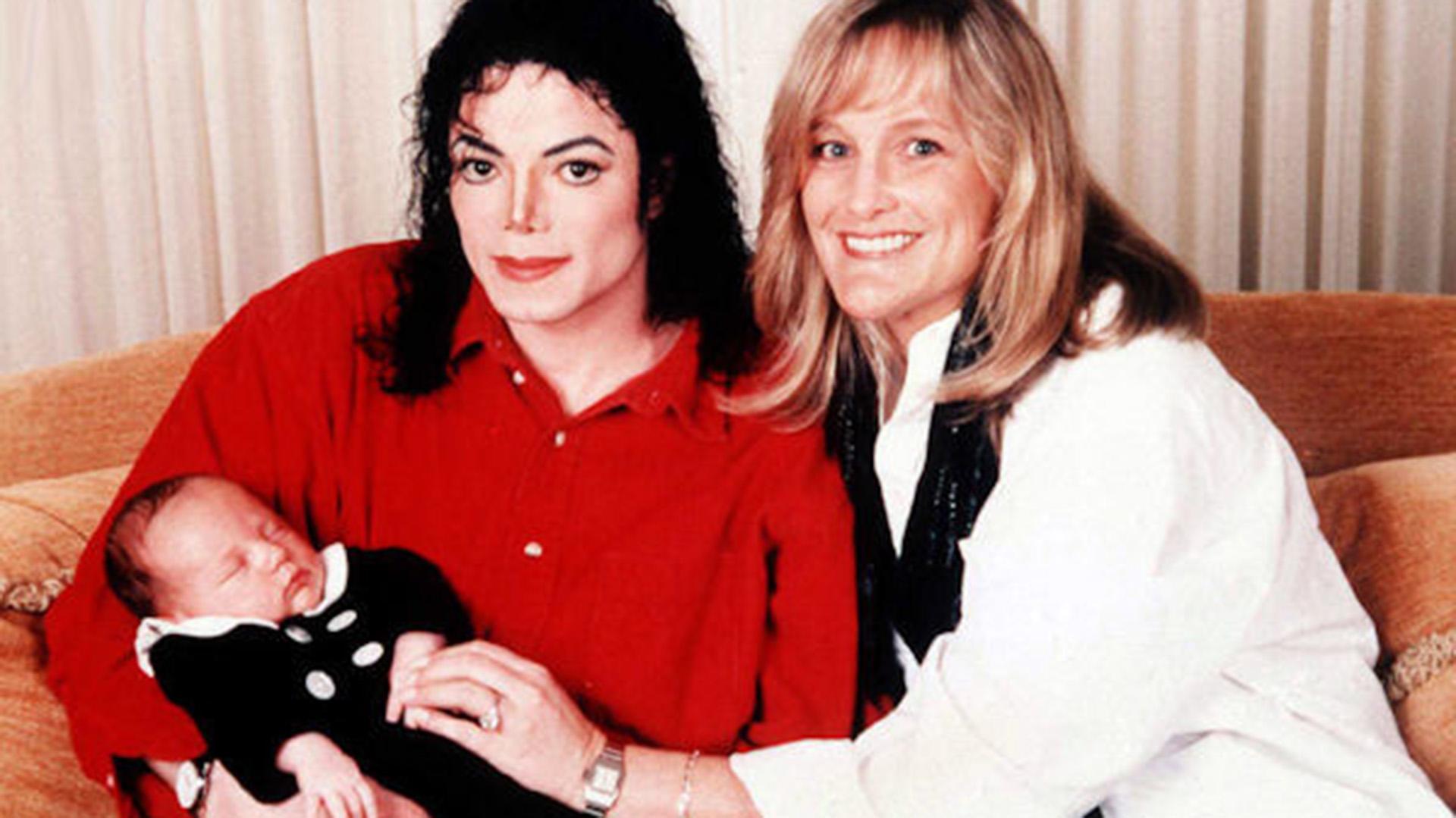 Michael Jackson y Debbie Rowe con su primer hijo Prince, hoy de 22 años